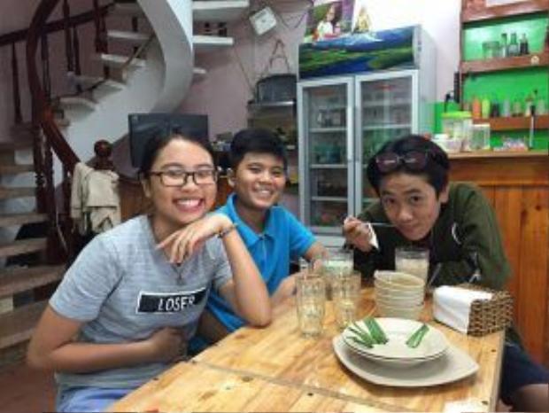 Tranh thủ dịp nghỉ hè, Gia Quý và Minh Khang tới ủng hộ quán chè của gia đình Phương Mỹ Chi.