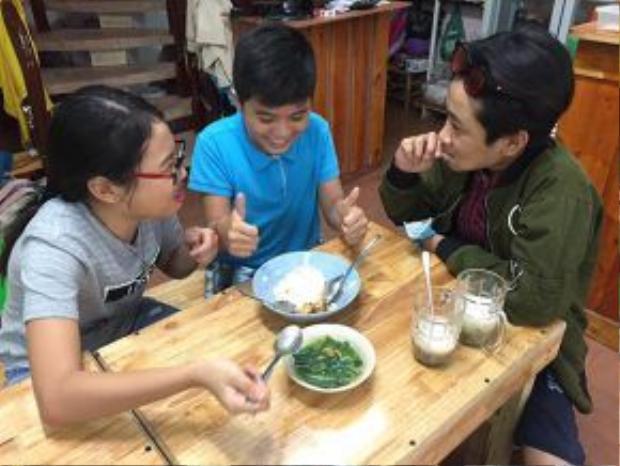 Không chỉ ăn chè, á quân Giọng hát Việt nhí mùa đầu tiên còn mời hai cậu bạn thân ăn chung tô cơm và bát canh rau.