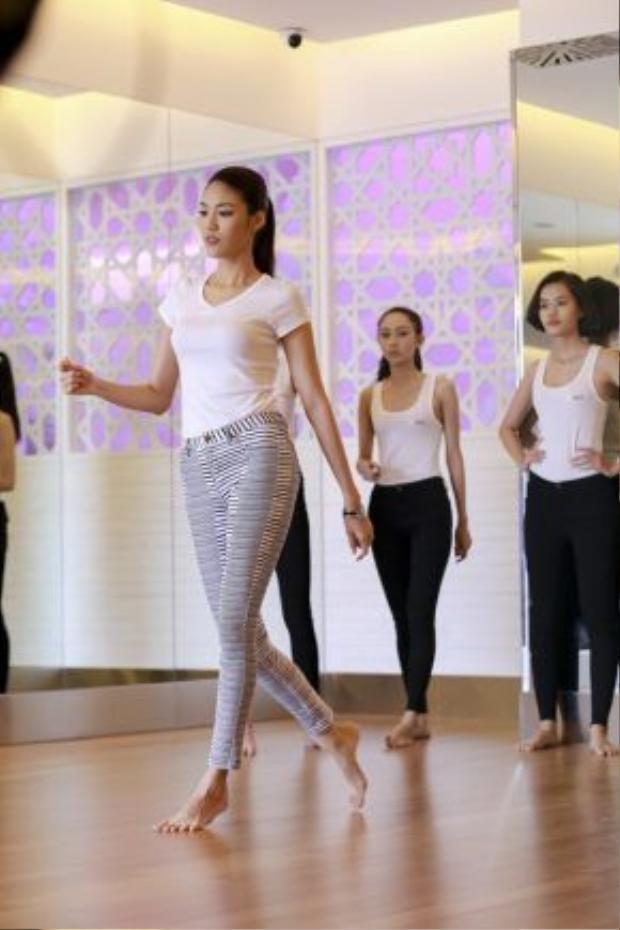 Lan Khuê huấn luyện thí sinh cách nhón chân trong quá trình tập catwalk.