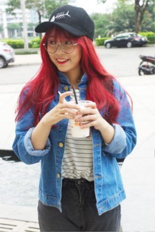 MisThy không chỉ ngầu bởi nhuộm tóc đỏ mà cô còn chất chơi khi xỏ khuyên ở miệng.