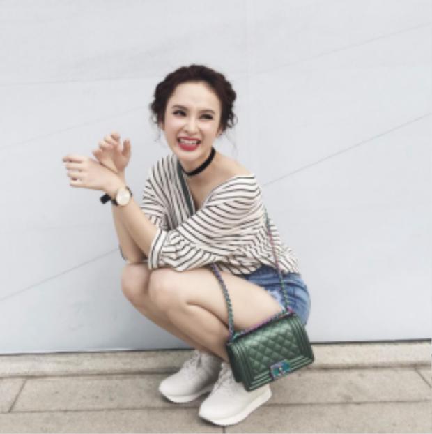 Không chỉ phù hợp với những bộ cánh nền nã mà kiểu tóc này còn được Angela Phương Trinh khéo léo kết hợp cùng các bộ trang phục năng động.