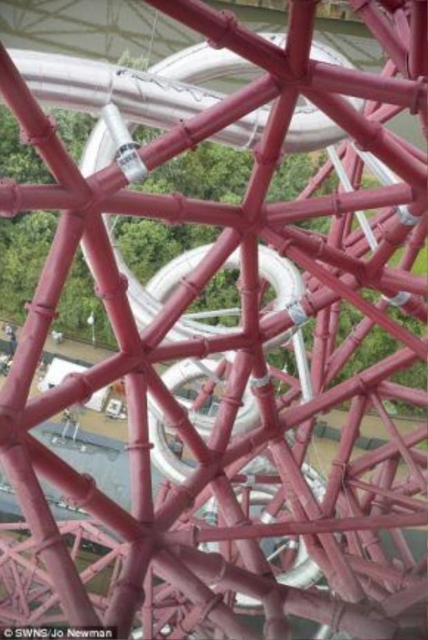 Cận cảnh ống trượt của tháp ArcelorMittal.