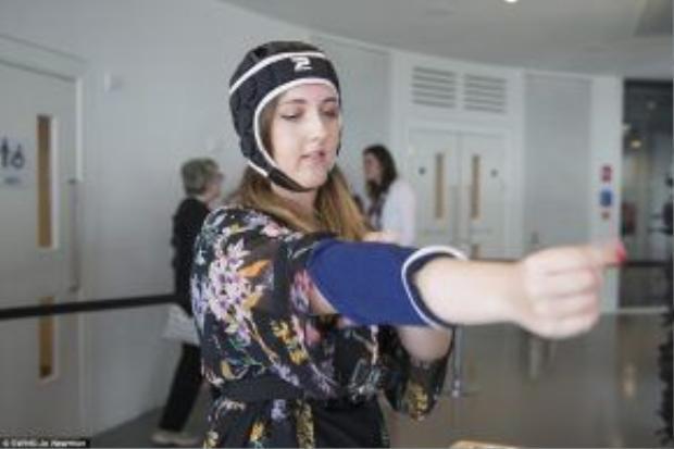 Trước khi được chơi trò này, du khách bắt buộc phải đeo các thiết bị bảo hộ nhằm bảo vệ cơ thể khi va đạp vào thành ống trượt.