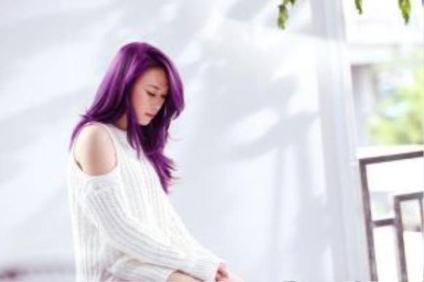 Những hình ảnh hậu trường được lồng ghép vào bản lyrics video của ca khúc khiến clip này đẹp như một MV thực sự.