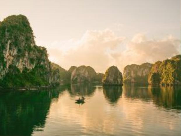 Vịnh Hạ Long: Thắng cảnh nổi tiếng này thu hút du khách nhờ vẻ đẹp thiên nhiên độc đáo, ấn tượng.