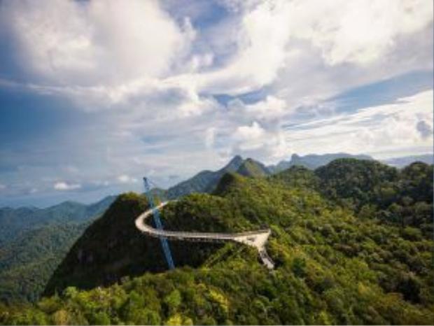 Langkawi, Malaysia: Hòn đảo Langkawi xinh đẹp của Malaysia có biển xanh và rừng nguyên sinh, cùng những công trình đền chùa, cầu… ấn tượng.