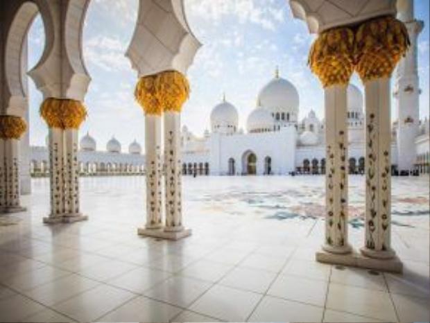 Nhà thờ Sheikh Zayed, Abu Dhabi, Các tiểu vương quốc Ả Rập thống nhất: Màu trắng lộng lẫy của nhà thờ nổi bật trên nền trời xanh thẳm của Abu Dhabi. Độ xa hoa, tráng lệ và tinh tế của công trình này khiến các du khách choáng ngợp.