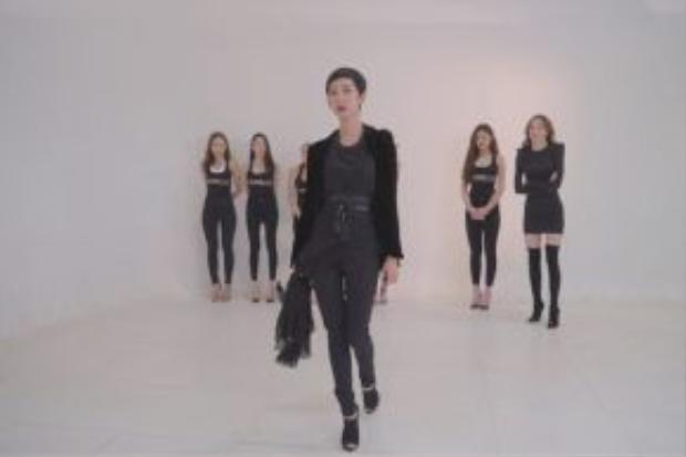 Siêu mẫu Xuân Lan đã tỉ mỉ chỉ cách catwalk cho từng thí sinh.