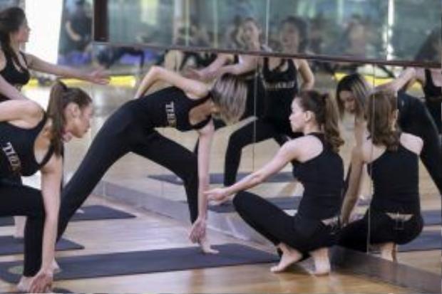 Bên cạnh tác dụng giúp tinh thần sảng khoái, yoga khiến cả cơ thể người học phải vận động, các cơ bắp được kéo dãn, mạnh khỏe, thon thả hơn. Có thể thấy, môn này rất có ích cho sắc đẹp và vóc dáng.