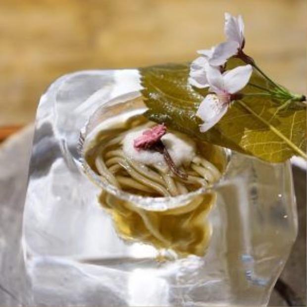 Món ăn vì thế trở nên rất đẹp. Du khách thích thú chụp ảnh đăng lên Instagram trước khi thưởng thức món ăn. Đầu bếp còn trang trí món ăn bằng những bông hoa điệu đà.