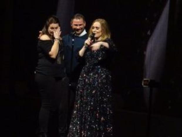 Trông Adele xúc động như người mẹ giờ phút chia tay tiễn con gái về nhà chồng trong đám cưới.