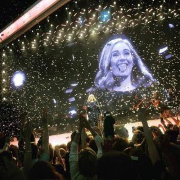 Khoảnh khắc hạnh phúc cuối cùng của tour diễn tại châu Âu.