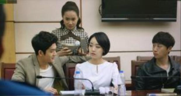 Dù sau cùng buộc phải đồng ý chuyện tình Linh - Junsu nhưng Miso cũng lo lắng cho khoản nợ của cậu bạn thân với công ty quản lý.