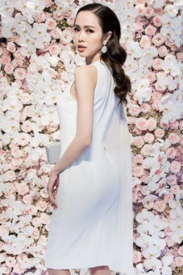 """Sở hữu gương mặt đẹp hút hồn cùng số đo ba vòng """"cực chuẩn"""", mỹ nhân 9X thường chọn cho mình phong cách gợi cảm trong những trang phục cầu kỳ. Tuy nhiên, chiếc váy trắng đơn giản màcá tính côdiện trong buổi tiệc được đánh giá rất cao."""