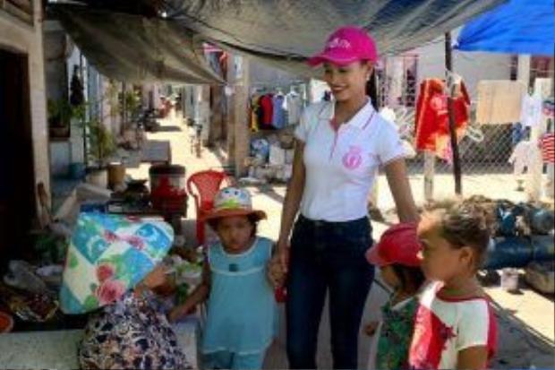 Vì thế, khi có dịp đến Cần Giờ thực hiện một dự án liên quan đến các em nhỏ, cô tìm thấy được sự đồng cảm và cố gắng hết mình.