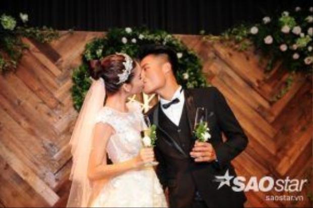 Suốtbuổi tiệc, cặp đôi liên tục dành cho nhau những nụ hôn ngọt ngào, say đắm.