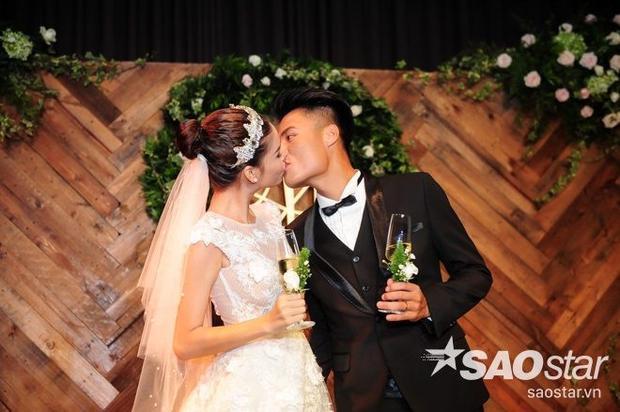 Kỳ Hân  Mạc Hồng Quân hôn nhau nồng cháy trong tiệc ăn hỏi