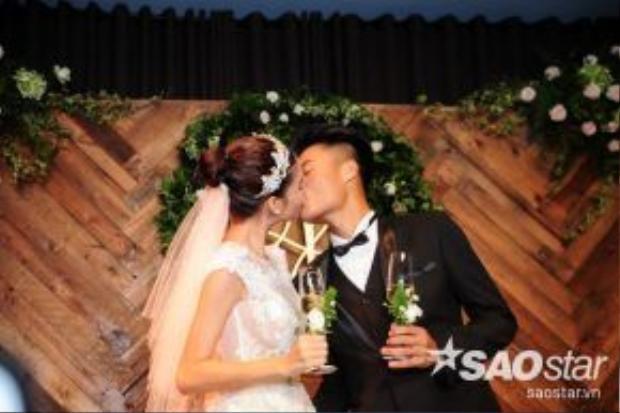 Cô dâu và chú rể tiếp tục trao cho nhau những nụ hôn say đắm, đầy mật ngọt yêu thương.