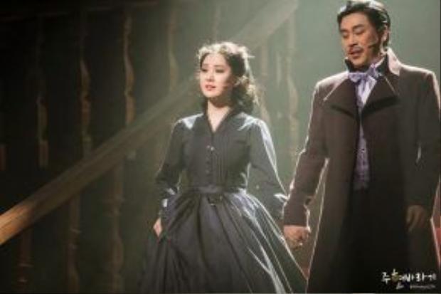 Cô em út rạng ngời trên sân khấu nhạc kịch.