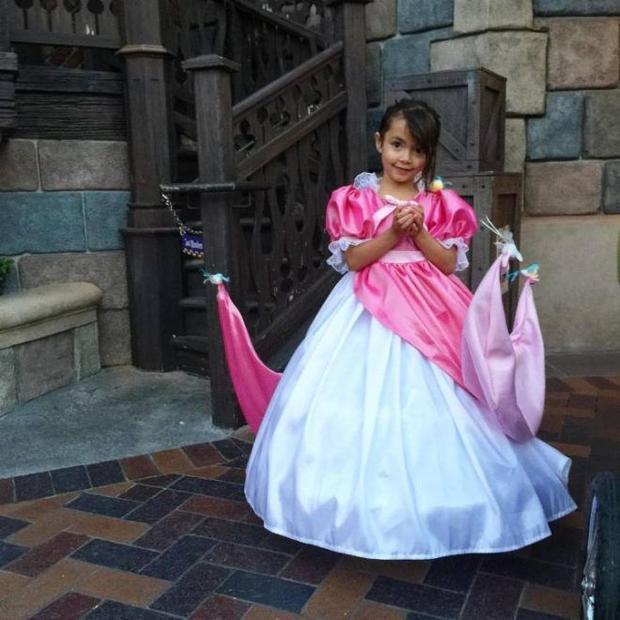 Ông bố khéo tay cover hàng loạt đầm công chúa Disney cho con gái