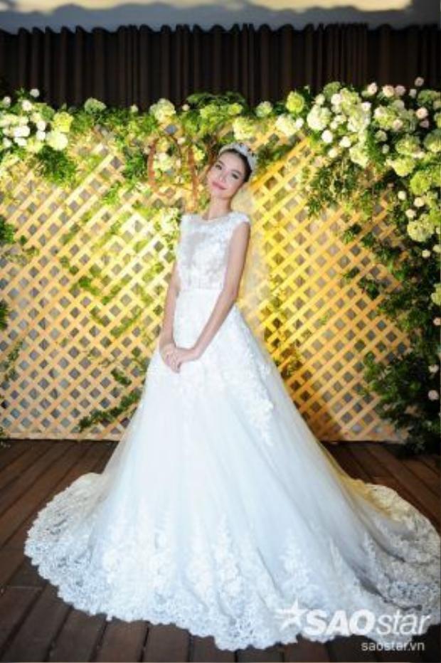 Người đẹp chọn một chiếc váy cưới trắng tinh, đây cũng là món quà do chính chú rể Mạc Hồng Quân lựa chọn cho bà xã.