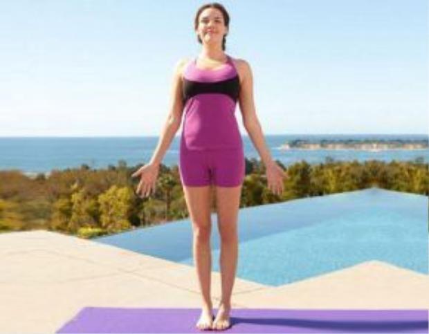 Tư thế quả núi là một trong những tư thế yoga đơn giản và tinh khiết nhất. Đứng thẳng trên sàn nhà, lưng và đầu thẳng, mát nhìn về trước, hai tay thả lỏng dọc theo thân người. Hít thở nhẹ nhàng.