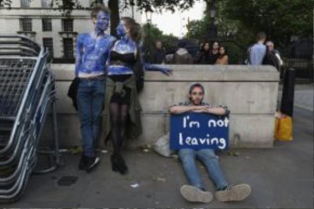 Hình ảnh của một số thanh niên phản đối Brexit bên ngoài một điểm trưng cầu dân ý tại London.