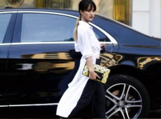 Hè này, chiếc áo sơ mi trắng được biến tấu thành các kiểu váy sơ mi vạt dài hoặc buộc dây độc đáo.