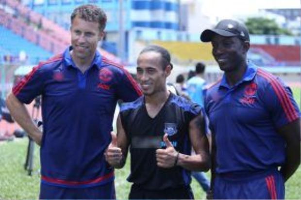 Phạm Anh Khoa hào hứng khi đứng cạnh hai cựu danh thủ bóng đá hàng đầu Ronny Johnsen và Dwight Yorke.