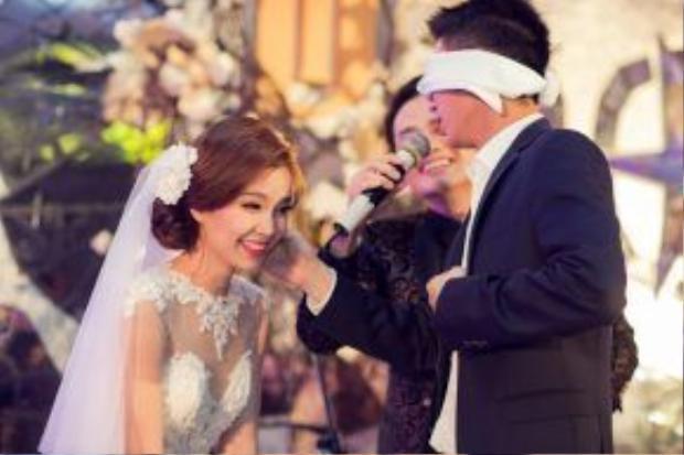 Đám cưới của á hậu Diễm Trang diễn ra trong một khách sạn sang trọng, ấm cúng với số lượng khách mời hạn chế. Hầu như không có sự xuất hiện của giới văn nghệ sĩ ở hôn lễ trừ một vài người bạn cực kỳ thân thiết.