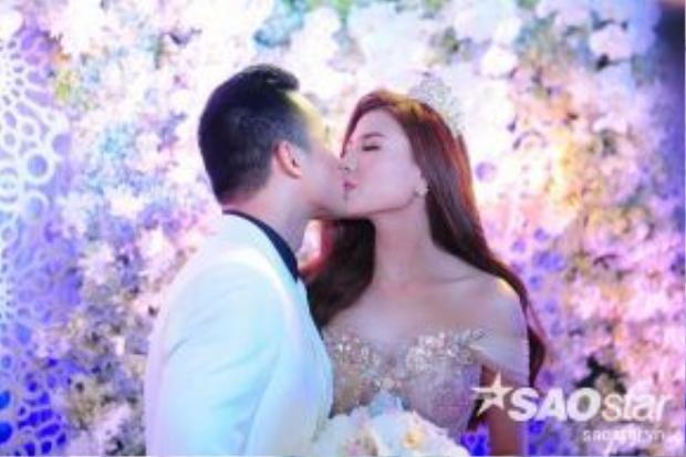 Lương Thế Thành - Thúy Diễm hôn nhau say đắm trong đám cưới.