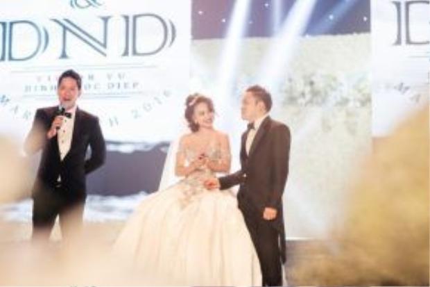 Đám cưới của cặp đôi này diễn ra trong một khung cảnh như truyện cổ tích, tất cả khách mời tới dự đều phải trầm trồ thán phục ý tưởng của Victor Vũ. Anh đã biến ngày trọng đại của mình thành một bộ phim mà có lẽ suốt đời, cả hai nhân vật chính chẳng thể nào quên được.