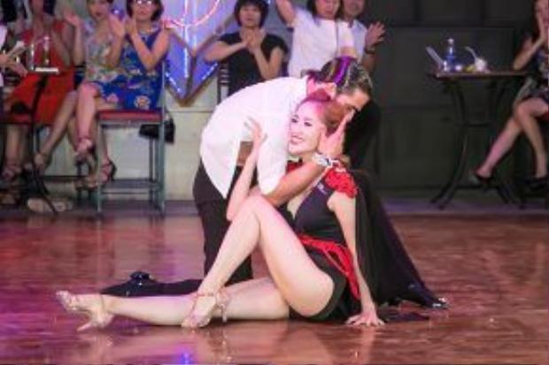 """Mặc dù đã lâu không nhảy đôi nhưng Khánh Thi vẫn khẳng định đẳng cấp """"nữ hoàng dancesport"""" của mình."""