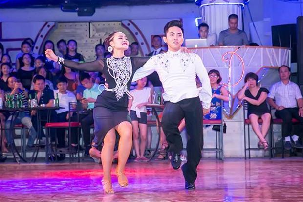 Tạm bỏ mặc Phan Hiển, Khánh Thi sexy hết cỡ bên vũ công số 1 thế giới