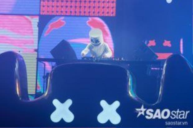 Danh tính của DJ Marshmello luôn là ẩn số với khán giả. Marshmello mang đến bữa tiệc âm nhạc đầy màu sắc giữa âm thanh và ánh sáng.