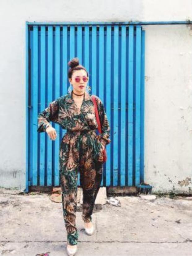 """Trang phục xuống phố của Kaylee luôn luôn sặc sỡ vui mắt. Cô nàng thường xuyên kết hợp các tông màu rực rỡ cùng họa tiết tropical """"hoa lá hẹ""""."""