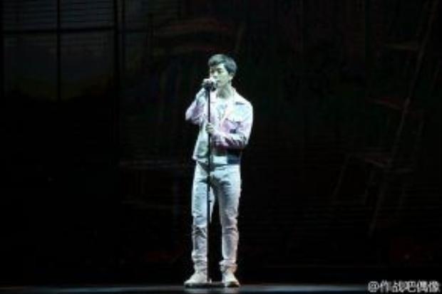Thời gian này Vương Lịch Hâm ít đóng phim mà chủ yếu tham gia các show truyền hình thực tế. Đây là hình ảnh của anh trong chương trình Cuộc chiến thần tượng.