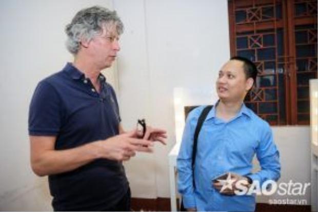 Giám sát chương trình của The Voice Kids trao đổi cùng nhạc sĩ Nguyễn Hải Phong.