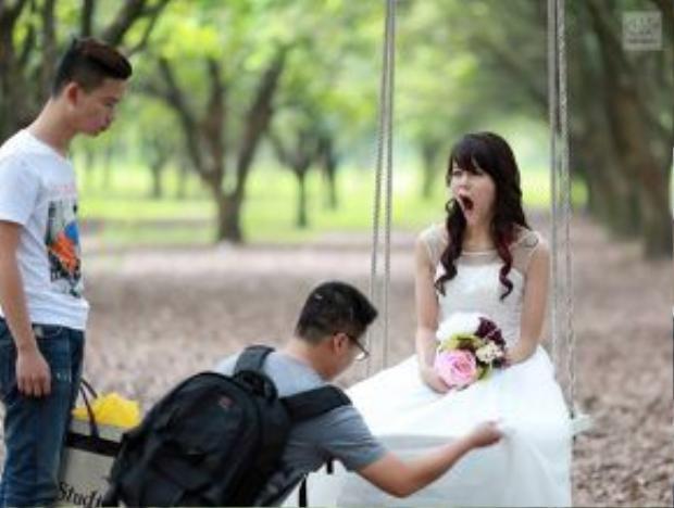 Ngay cả khi khoác lên mình bộ váy cô dâu dịu dàng, gương mặt đang trở thành tâm điểm chú ý của công chúng lẫn truyền thông ở thời điểm này vẫn tràn đầy năng lượng tưng tửng.