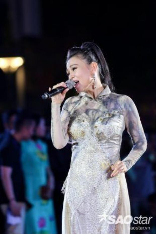 Thu Minh từng khiến hàng ngàn khán giả HCM lặng người trong chương trình Thành phố áo dài tại phố đi bộ Nguyễn Huệ với ca khúc Những bông hoa trong vườn Bác cách đây không lâu.
