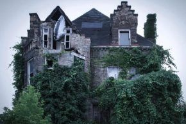 Một ngôi nhà khá lớn cũng rỗng không, để mặc cây cối leo khắp tường, che khuất các cửa sổ.
