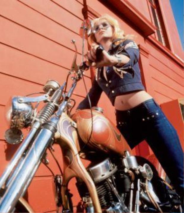 Phụ nữ cấp tiến thập niên 1970 mặc quần jeans cạp trễ, áo T-shirt để khẳng định bình đẳng giới
