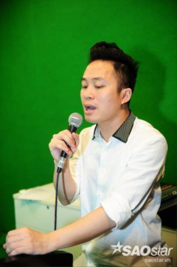 Tùng Dương không ngần ngại thể hiện lại bài hát.