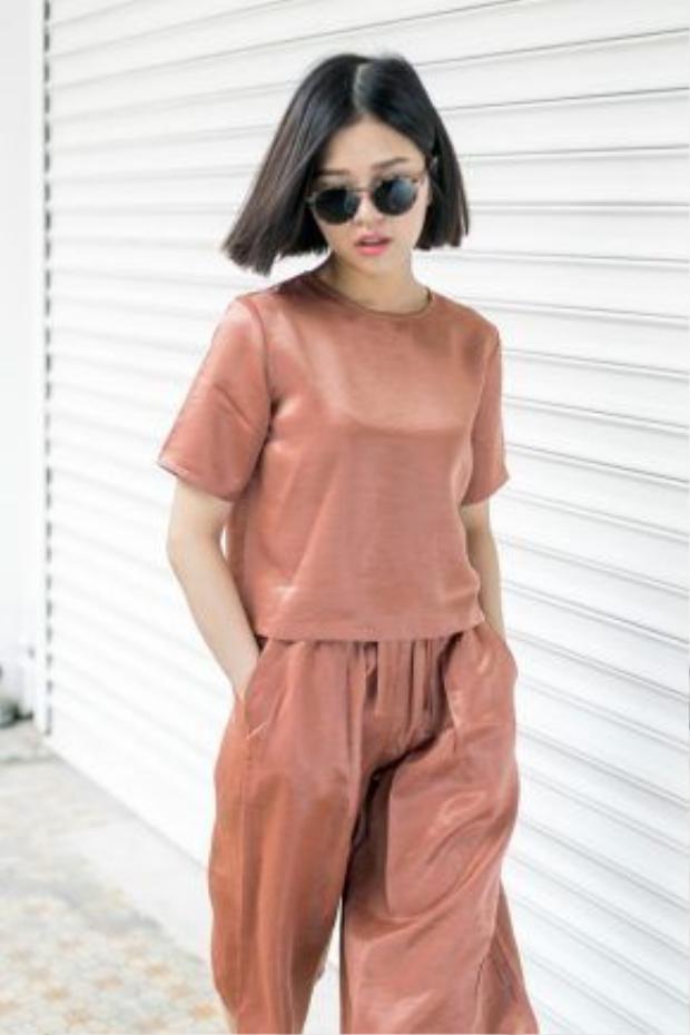 Suni Hạ Linh đã khéo léo lựa chọn một outfit đồng màu cam đất, kết hợp cùng son môi tone nude nhẹ nhàng, vừa tôn da, vừa tạo cho cô nàng một vẻ dễ chịu trong từng khung hình.