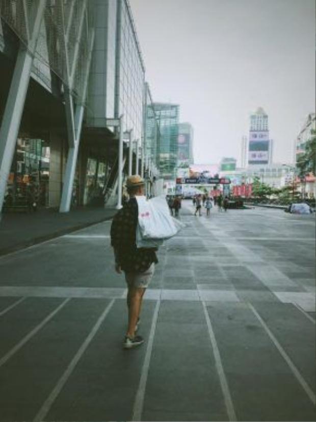 Khu vực trước trung tâm thương mại Central World, đối diện là đại siêu thị Big C, nơi khách du lịch thường ghé đến để mua hàng lưu niệm.