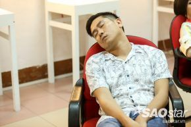 Giám đốc âm nhạc Hồ Hoài Anh cũng tranh thủ ngủ trong hậu trường.