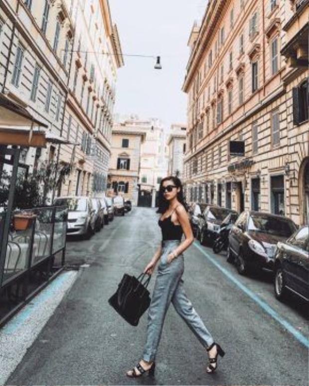 Chỉ đơn giản là mix những món đồ thời trang có sẵn với nhiều style khác nhau, Kỳ Duyênngày càng thế hiện được gu thời trang ngày càng tiến bộ của mình.