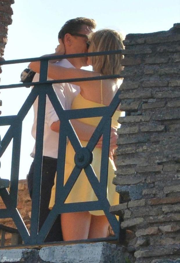 Sau hơn 10 ngày hẹn hò, Tom và Taylor Swift lại hôn nhau trước ống kính