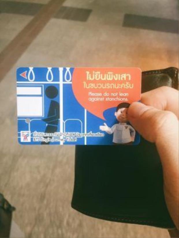 Thẻ nhựa để đi BTS, sử dụng 1 lần. Mặt sau có bản đồ tuyến xe điện chạy qua.