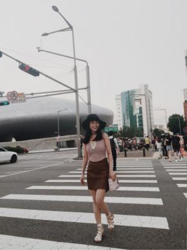 """Bên cạnh đó, cô nàng cũng mê mệt thời tiết Hàn Quốc: """"Ở đây thời tiết rất dễ chịu ban ngày nắng nhưng không gắt như ở Việt Nam và buổi tối se lạnh có cảm giác như đang ở Đà Lạt""""."""